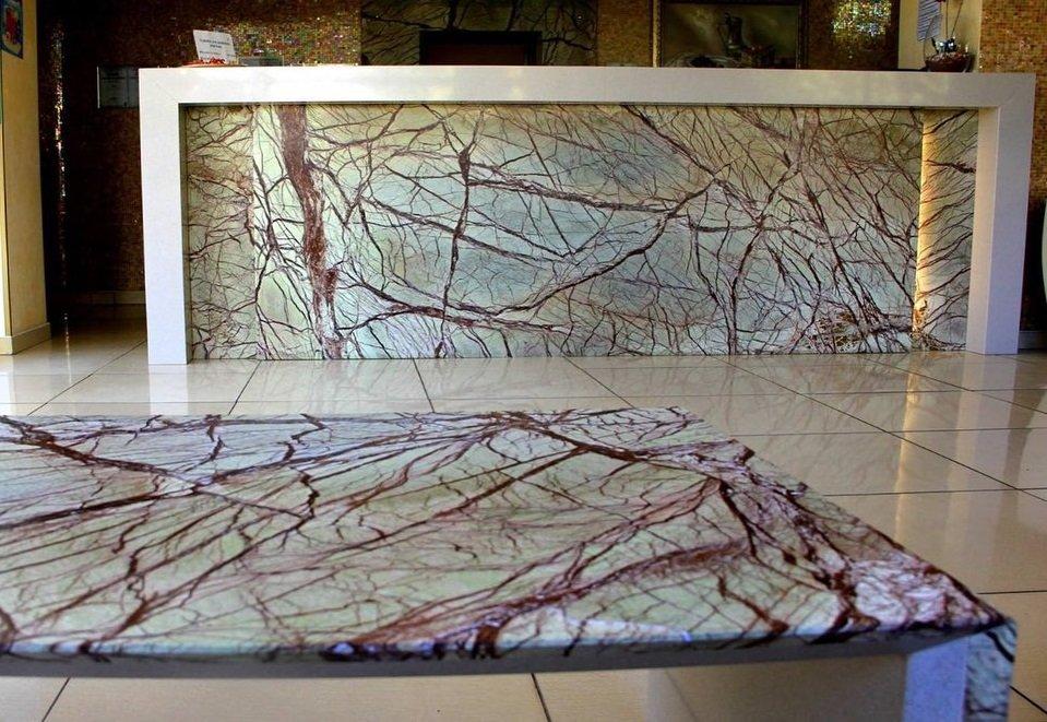 Tavolino e decoro banco reception in Forest Green